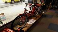 お店の目印の赤い自転車です。
